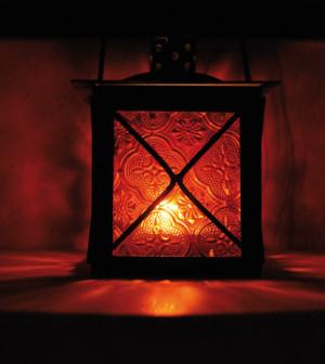 winterliche gartenbeleuchtung schmelzfeuer gartenfackeln und windlichter sorgen f r. Black Bedroom Furniture Sets. Home Design Ideas